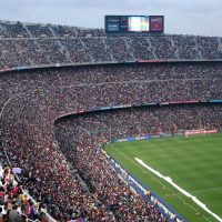 Stade de foot avec beaucoup de spectateurs